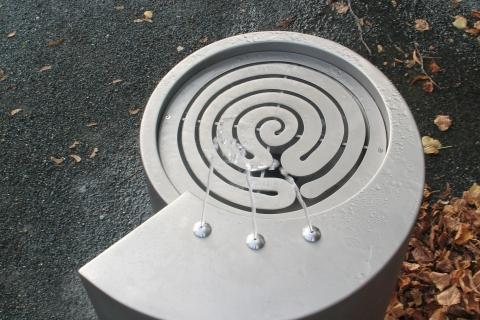 trinkwasserbrunnen-trinkbrunnen-kalkmann-kontakt-kunst-2003-fulda-modell-labyrinth-1